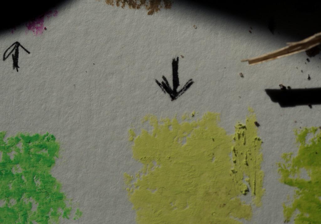 Keltavirheä ruutu ja musta nuoli Kuva: Terhi Ilosaari